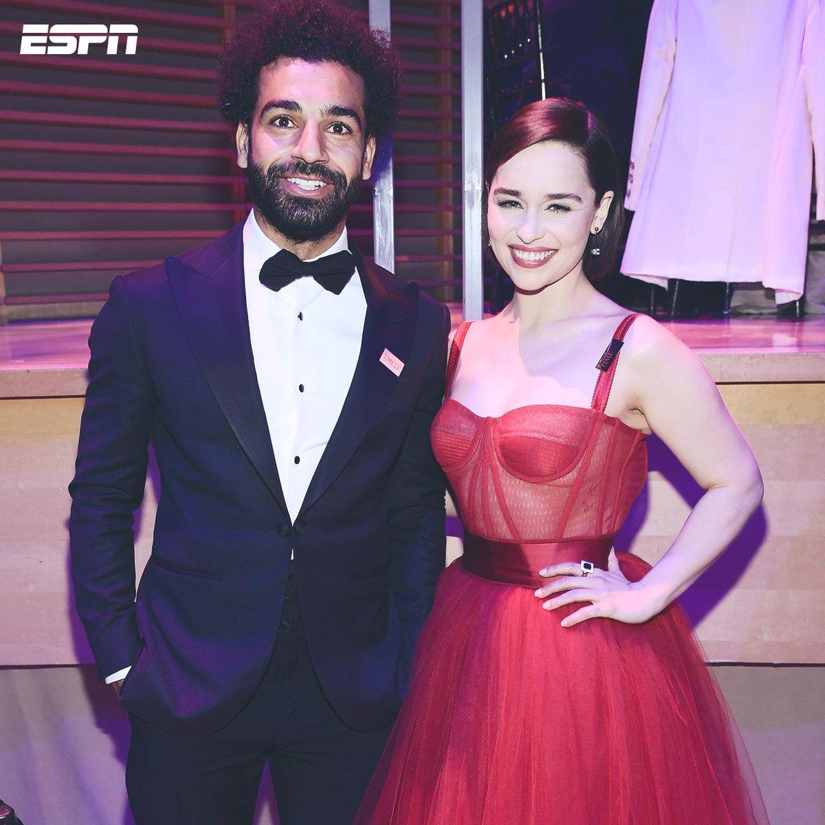 ¡Que dupla! 📸 Mohamed Salah se dio una escapada a la gala de la revista Time y se puso al servicio de la Reina Daenerys Targaryen previo a la Gran Batalla de Winterfell 😯 ¿Qué título le pondrían a la foto?