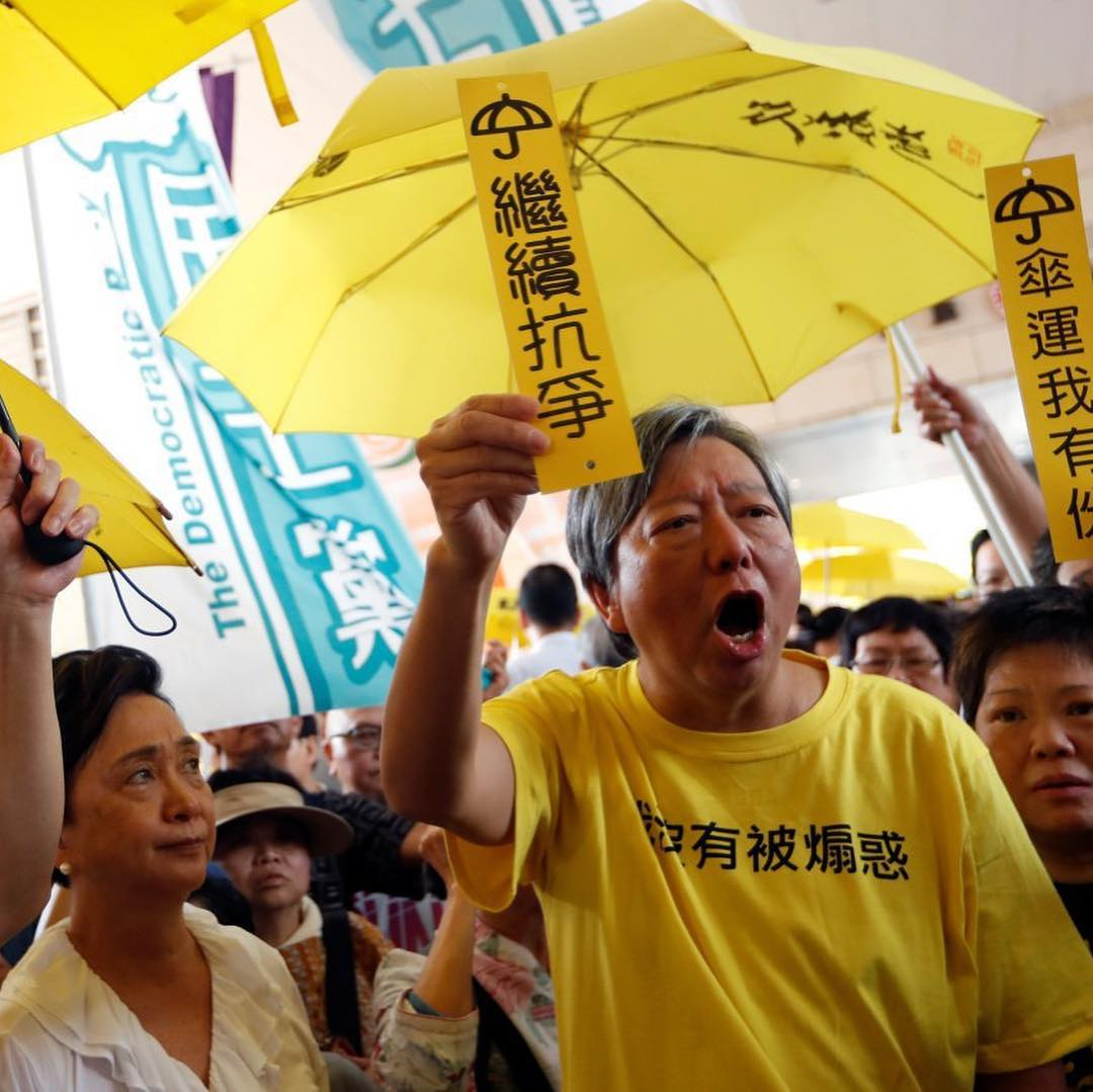 📷 🇭🇰A Hong Kong court has sentenced leaders of the 2014 yellow umbrella pro-democracy movement to jail. The court said the public deserved an apology after the 79-day protests that brought the city to a standstill. The sentencing comes after a… f24.my/4p4b.i
