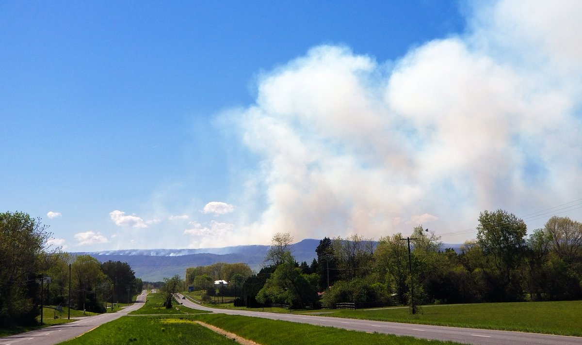 Zoom in for the #fire on the mountain yesterday. #StormHour #ThePhotoHour #Virginia #ShenandoahValley #Luray
