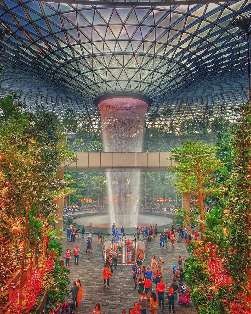 ภาพอาคารใหม่สนามบินสิงคโปร์ที่มีน้ำตกอยู่กลางอาคาร ขอกราบคนคิดและรัฐที่สนับสนุน ต้องถามว่าก่อนตายเรายากเห็นไทยเราไปสุดกับโลกบ้างมั้ยครับ ? มันคงน่าเสียดายถ้าพลังของชาติเรามันจะต้องถูกกดค้างไว้ก่อน
