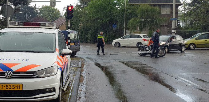 Monster Aanrijding letsel kruispunt Molenweg/Emmastraat. Auto/Motor.  Eén persoon gewond richting ziekenhuis. https://t.co/YMXjvZRVm5