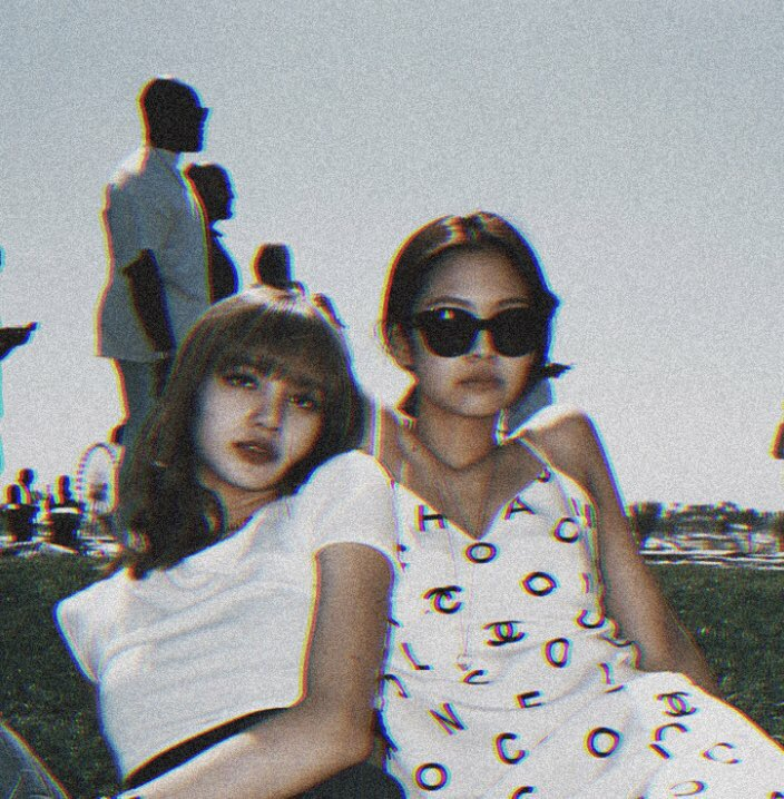 they look like two teenagers living in the 80's century taking a polaroid picture on a family trip<br>http://pic.twitter.com/6VAUmKRE2J