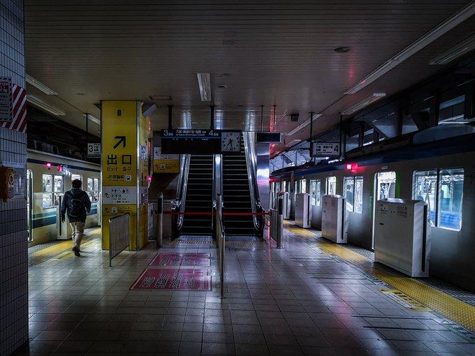 東武アーバンパークラインで停電が発生し構内が真っ暗になっている画像