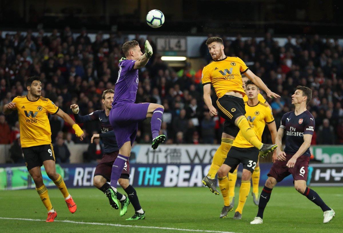Pemain Wolverhampton menyundul bola yang tak mampu dihalau kiper Arsenal.