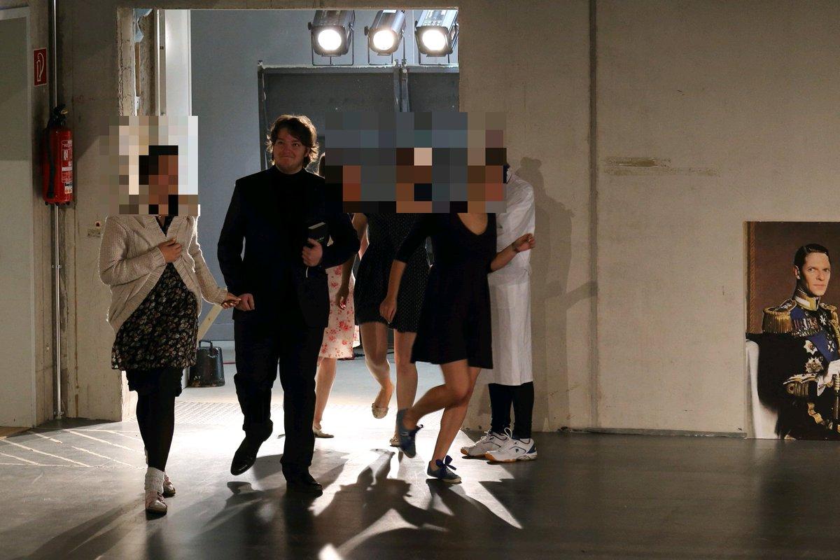 Gerade dieses wunderschöne Bild vom Auftritt des einzigartigen @JJTJaeger als Missionar gefunden. Mit meiner geliebten Frau und meinen wunderbaren Töchtern im Schlepptau. #hach #daswarennochZeiten #dieperfekteRolle #DiePhysiker pic.twitter.com/PVQVqUgRJs