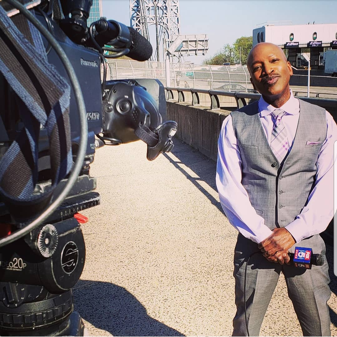 When the photog ur with is desperately trying to make you laugh RIGHT B4 YOU GO LIVE #tvlife #georgewashingtonbridge #lookatmypocketsquareitmatchesmytie #lookatmytieitmatchesmypocketsquare #what? https://t.co/Be1BXDfX0Q