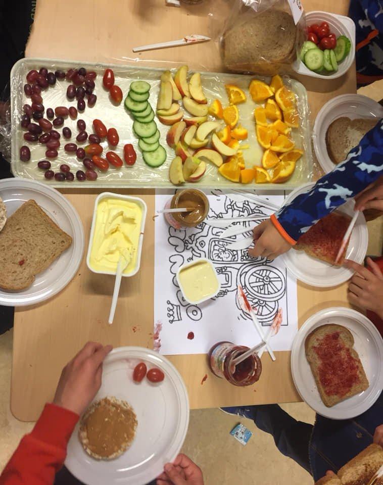 test Twitter Media - 12 april jl. hebben we genoten van gezellige en gezonde Koningsspelen! Met om 10 uur een rijk gevulde schaal met fruit en diverse soorten water met vruchtensmaak. Na de spellen een heerlijke lunch in de klas gegeten. Afsluitend: zingen/dansen Koningsspelen-lied 'Pasapas' https://t.co/cOhsKl9AFA
