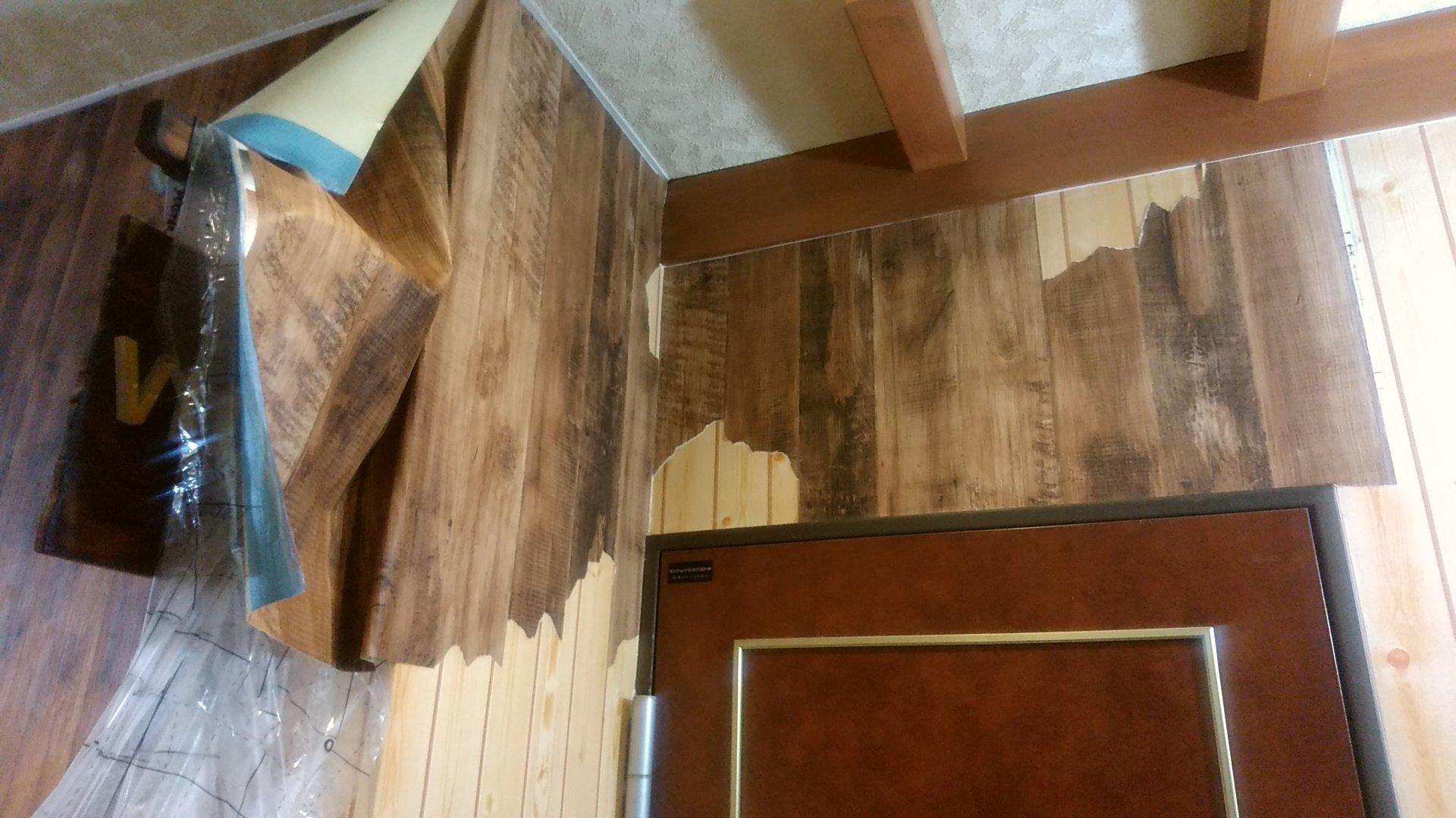 Aine Inn Astoria 木目の壁紙を割れてるように破りなが貼って ๑ ڡ ๑