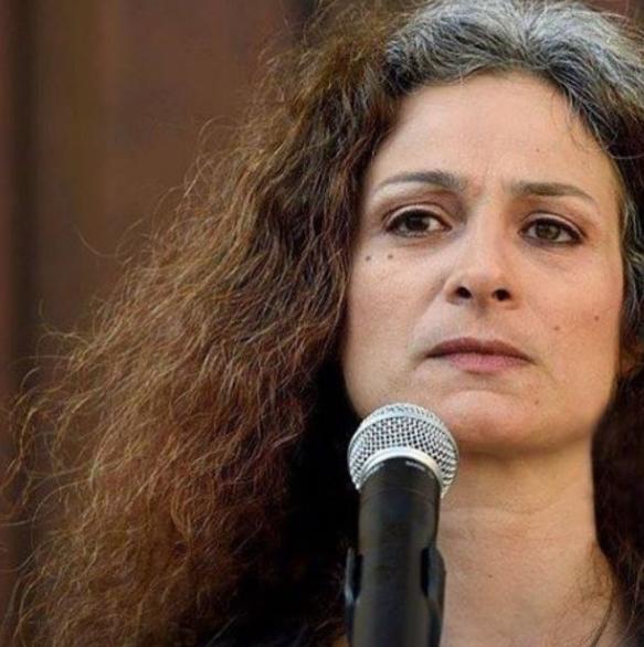 """حكاية الفنانة الحرة """"مي سكاف"""" أيقونة الثورة السورية"""