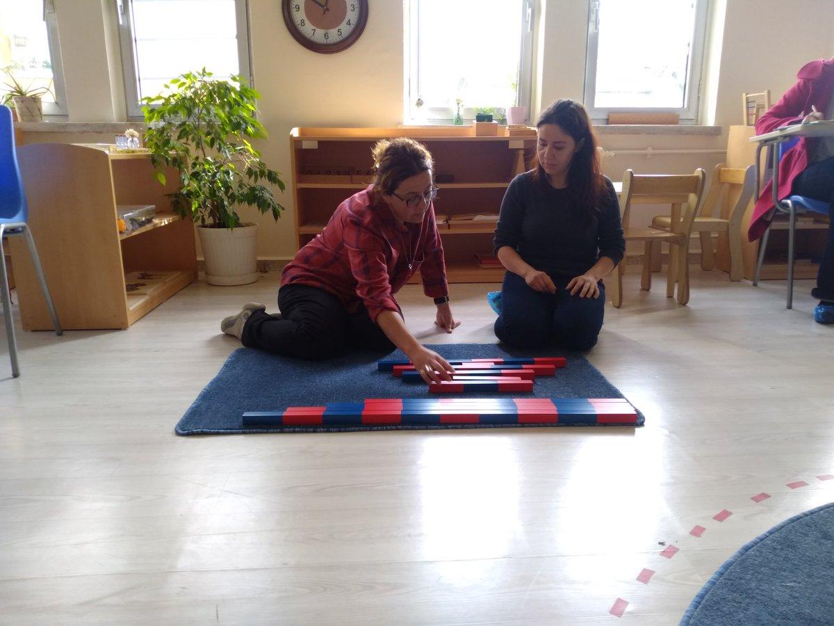 Montessori eğitim metodu, zor öğrenen çocuklara da öğrenme fırsatı sunuyor. Bir haftasonu, iki Montessori eğitimi ve 50 azimli öğretmen. İlk Öğretmen Akademisi. #memleventyazici #zgokhandogan – at Üsküdar İMKB Mesleki ve Teknik Anadolu Lisesi