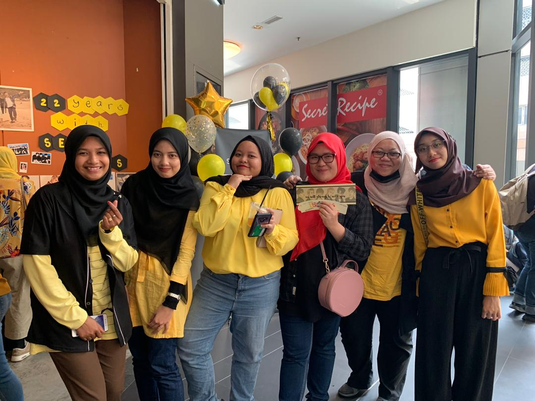Thank you for those who coming to our events. There are many yelkies not included in photo, thank you so much those who sponsor freebies and those who are supporting us. #22YEARSWITHSECHSKIES#SECHSKIES#젝스키스#SECHSKIESMALAYSIA#SMYFC#CUPSLEEVE