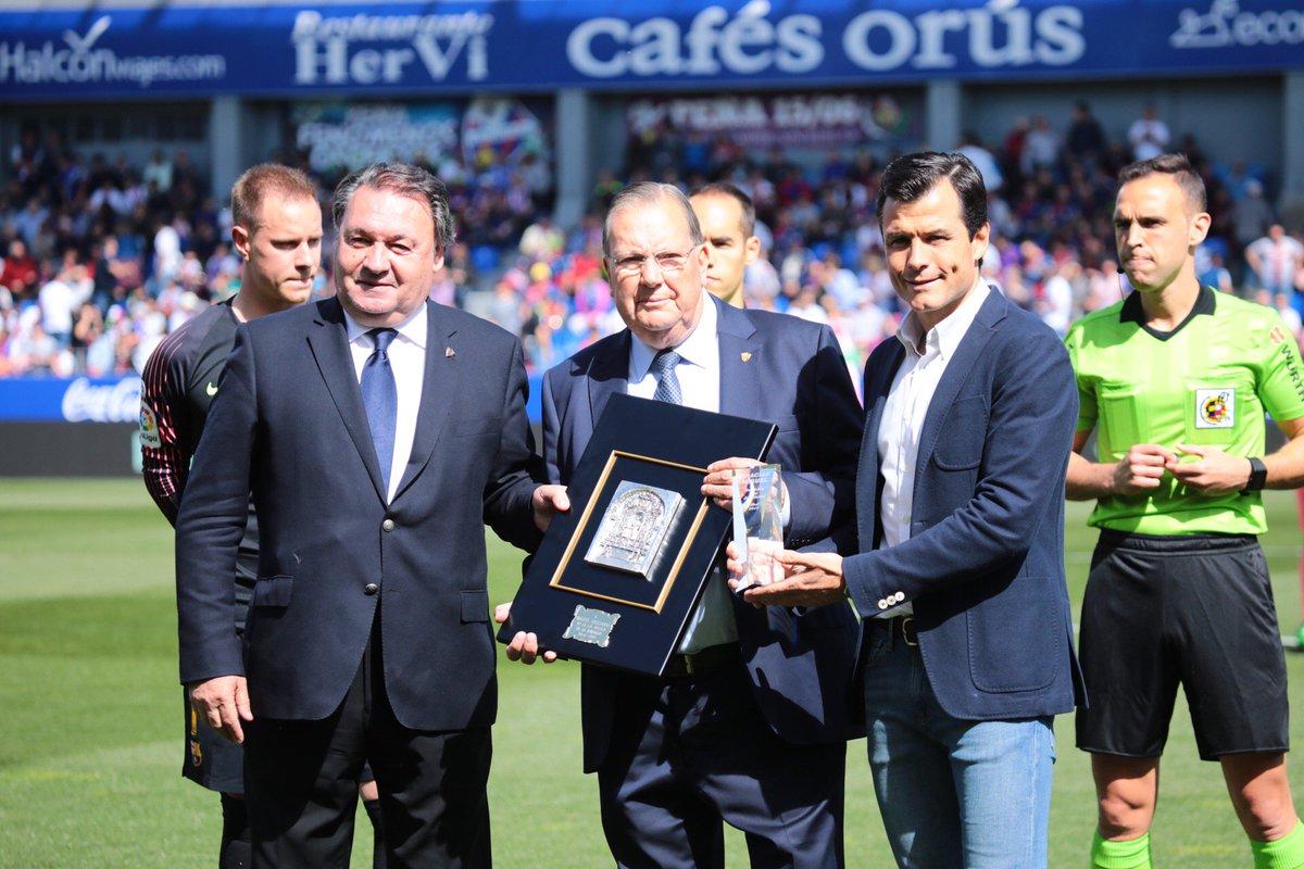 👏📸 Homenaje a Miguel Avellanas, cronista gráfico del club entre 1960 y 1980.  El presidente de la SD Huesca, Agustín Lasaosa, y @Camacho10fssr, en representación del club y de todos los jugadores de nuestra historia, le han hecho entrega de un obsequio. ¡Enhorabuena, Miguel!