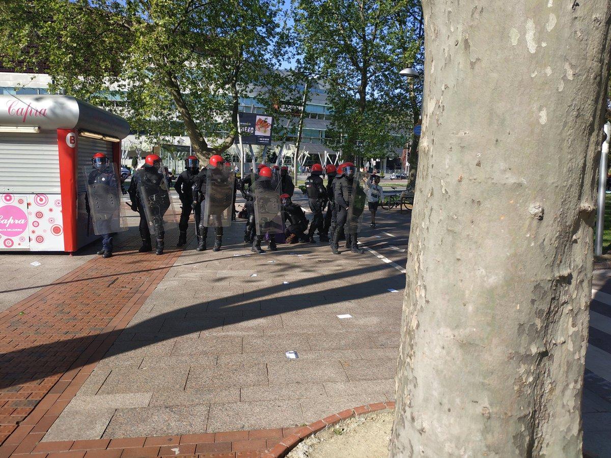Un Ertzaina aplastándole la cabeza con la rodilla a un manifestante antifascista, por salir a defender a una mujer que habian lanzado al suelo.  La policía del PNV defendiendo a VOX #EzDiraPasako #BotaErregimena