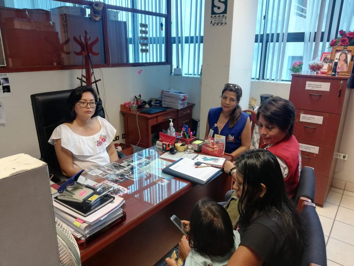Karen Shawiri Lopez realizando la denuncia de la desaparición de 4 menores / Foto: Defensoría del Pueblo