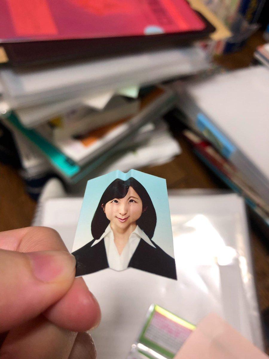 日本の就職活動クソくらえだなー。っていう当時の思いが折り線に現れてる写真出てきた!!笑(部屋の掃除中なので後ろ汚いのはご了承ください)