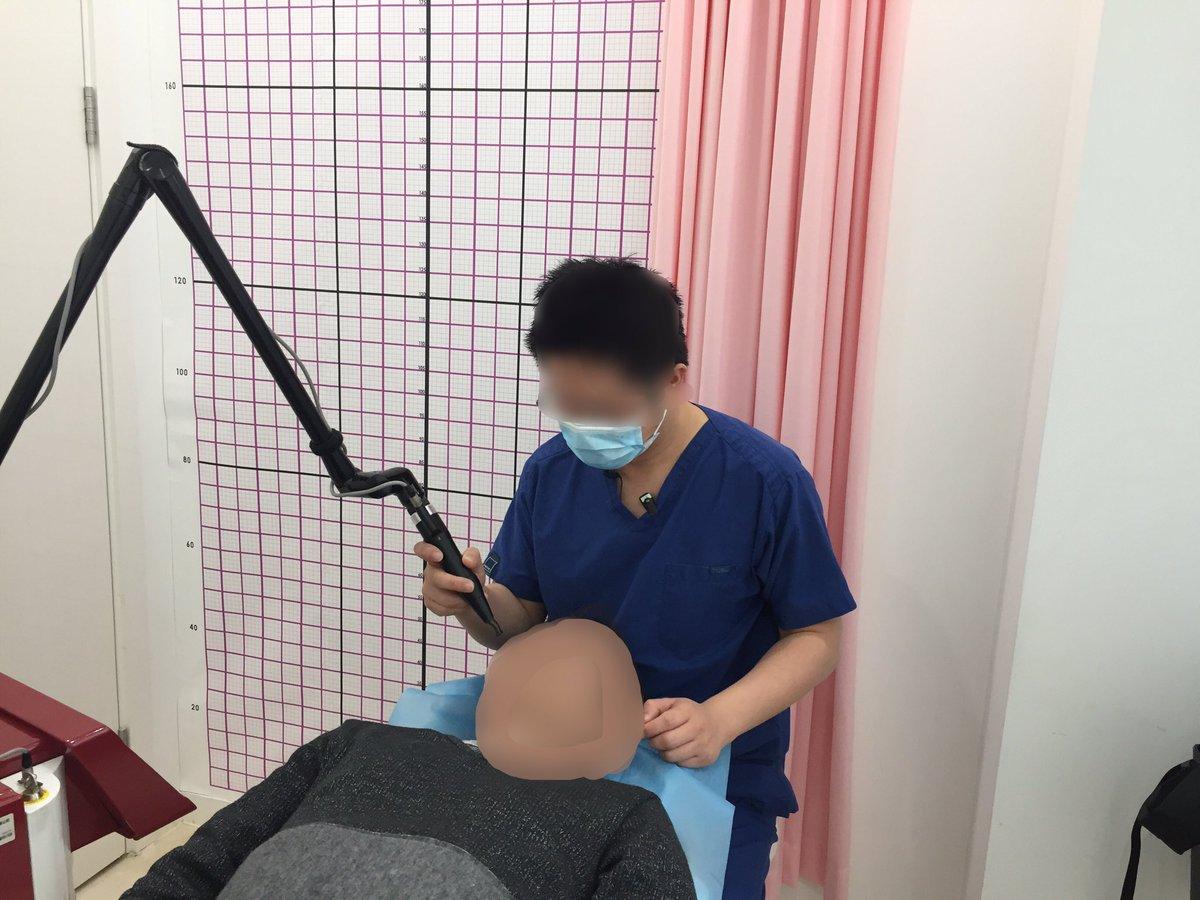 美容整形の病院でレーザー治療とヒゲの永久脱毛をしました。私ではなく、友達の真一くんです。肌のシミ取りをして、美少年を維持するようです。レーザーは5回コース、4000元。中国の美容整形の市場は物凄く大きいです。