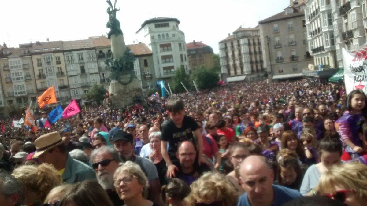 Ama Zuriaren plaza, lepo #Korrika21-i barrera egiteko. Denok adí, Maialen Lujanbioren hitzak entzuten
