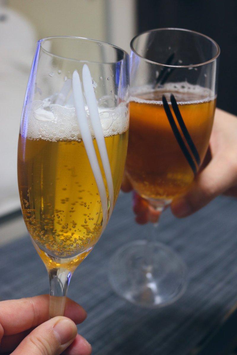 今日はデビの就職のお祝い✨??✨#ニトリの日 写真投稿キャンペーンで当選したスキレットが届いたからリクエストのハンバーグ作ったよ?緑の野菜があればもっと見た目綺麗だったなーと悲しいwそして広恵がお祝いでくれた可愛いシャンパングラスで乾杯?(中身はビールw)#foi料理