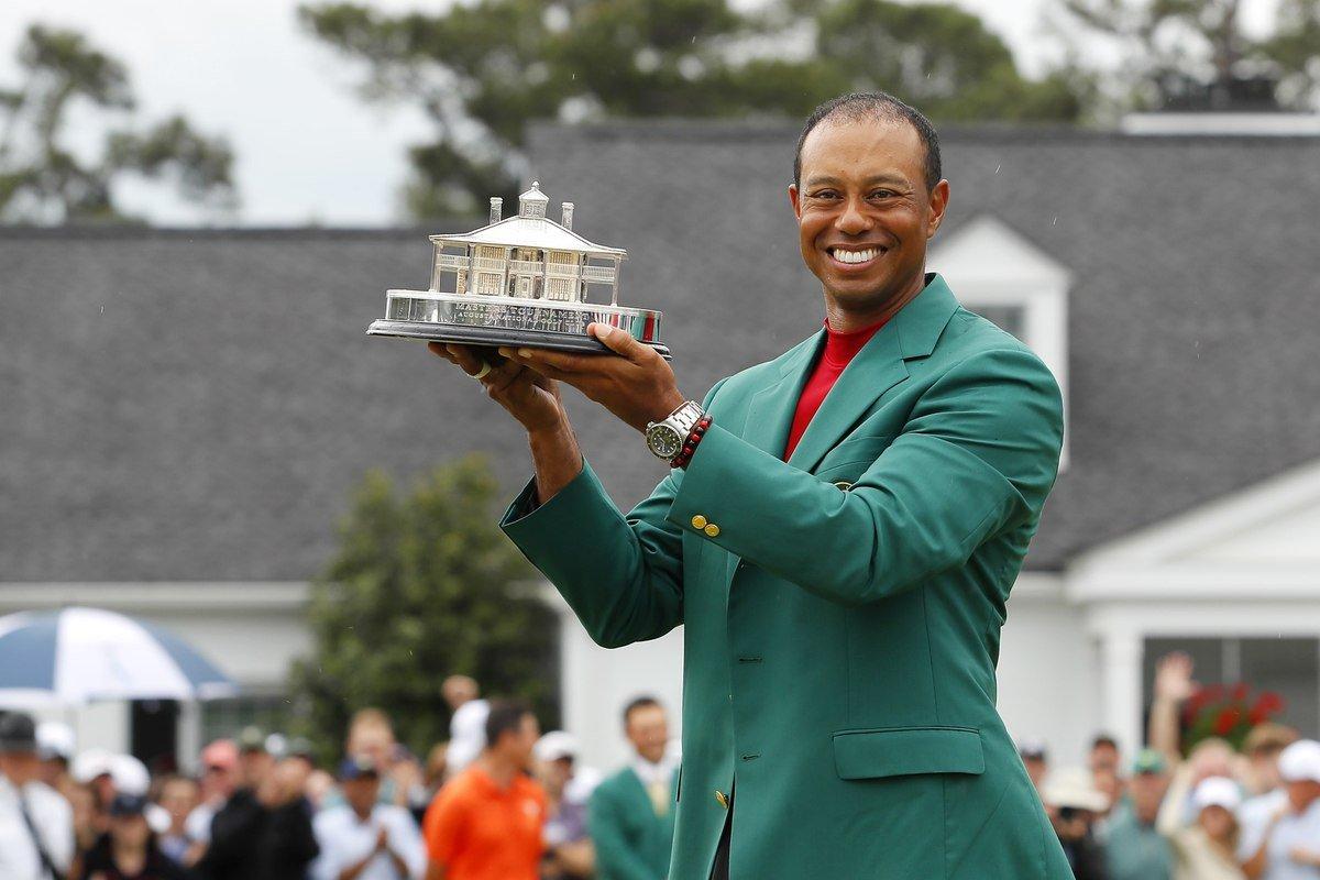 Tiger Woods posa con el trofeo tras ganar el Masters de Augusta.