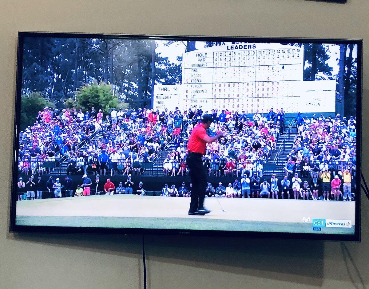 Tiger Woods (14 majors) ganó su último grande en el año 2008. Ya nadie esperaba que volviera.  Once años después, se acaba de poner líder en solitario en el Masters a falta de tres hoyos.  Estoy enganchadísimo.