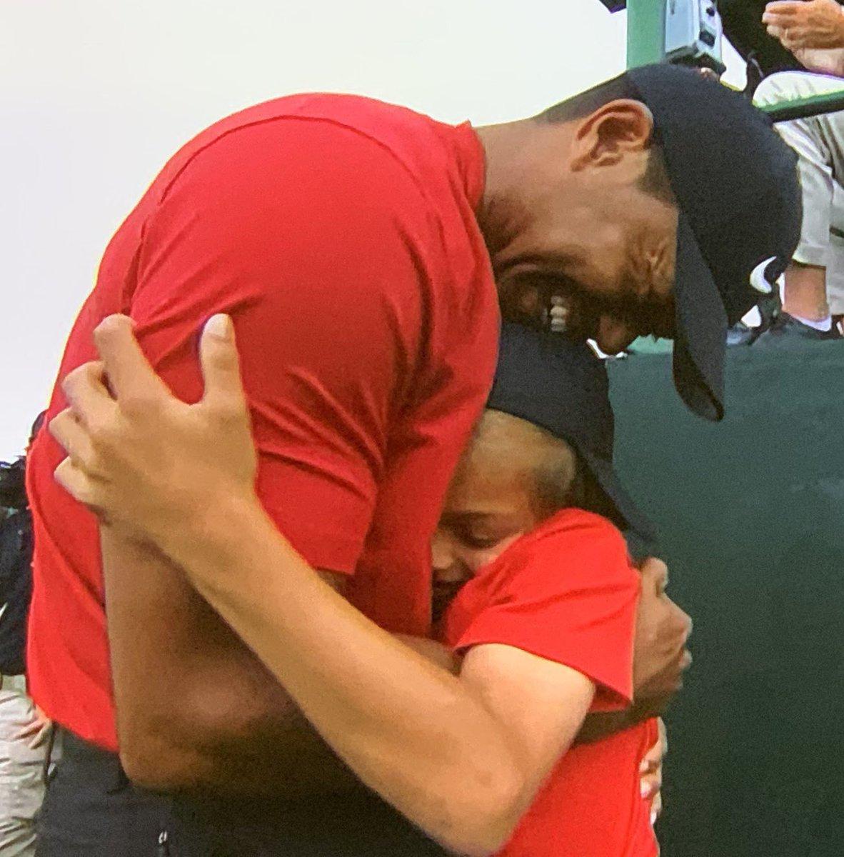 Tiger Woods when he wins Vs Tom Brady when he wins <br>http://pic.twitter.com/MC7iDZ3Ezo