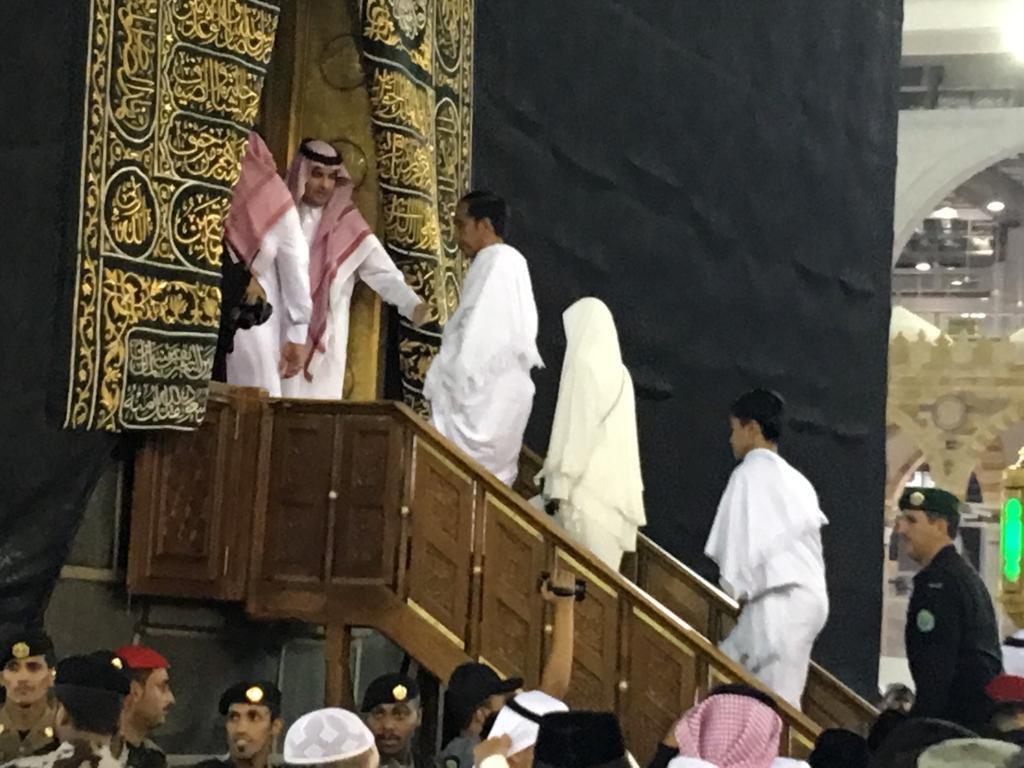 Presiden Jokowi dan keluarga masuk ke dalam kabah