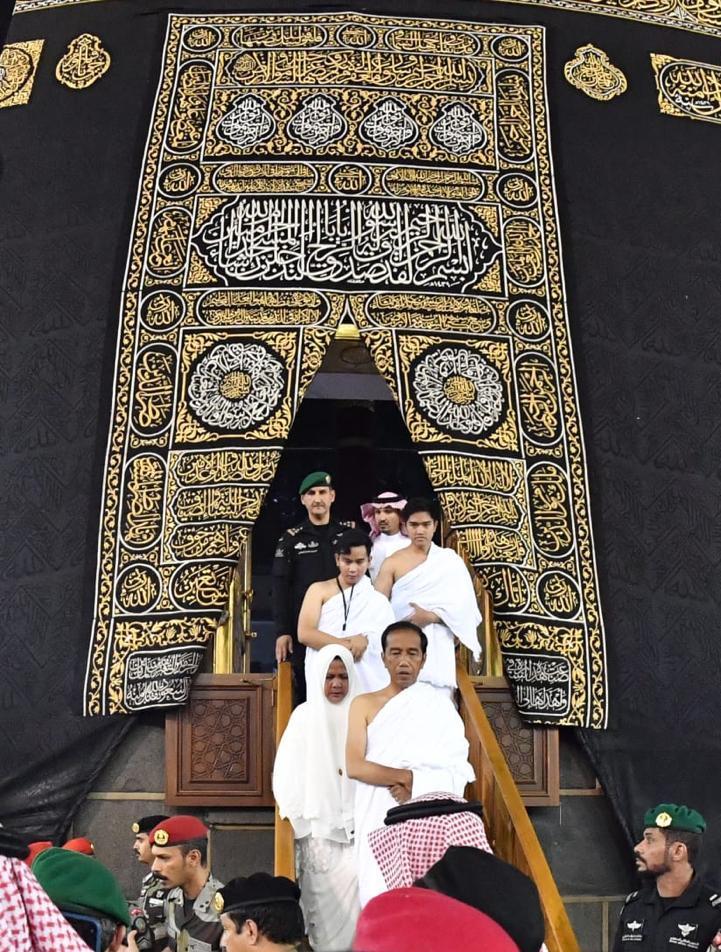 Subuh ini, saya dan keluarga mendapat kehormatan memasuki Kakbah di Masjidil Haram. Hanya ucapan syukur yang bisa saya panjatkan ke hadirat Allah SWT untuk kesempatan ini.  Salam kami dari Tanah Suci untuk seluruh rakyat Indonesia.