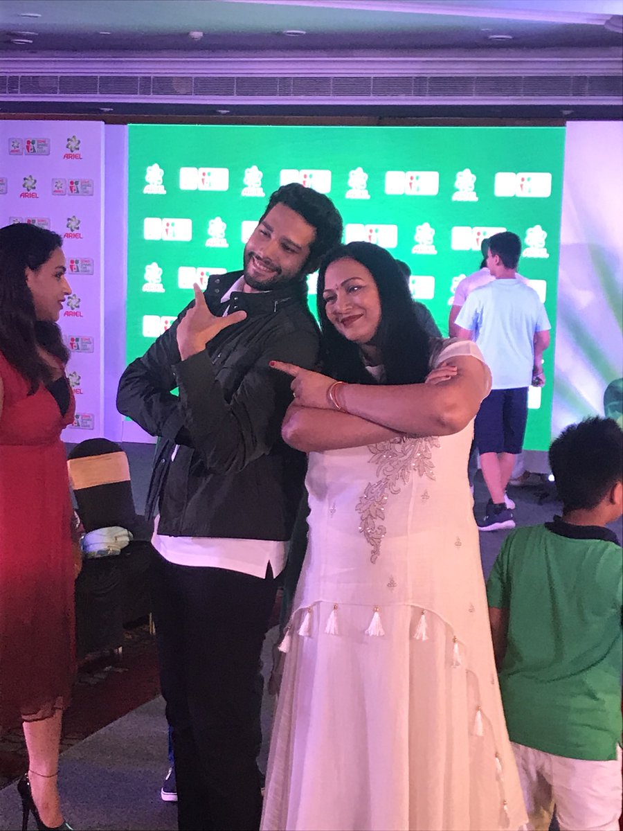 We had the very famous, immensely talented and sabka sher, @SiddhantChturvD rock the stage with his mom and kickstart the #SONday challenge this #WorldLaundryDay to encourage sons to #ShareTheLoad and raise them to become equal partners at home.
