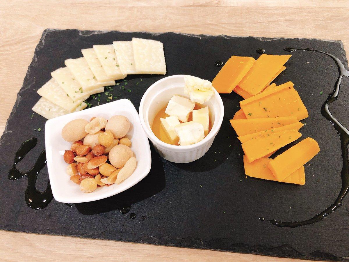 ミモレットとパルミジャーノクリームチーズのはちみつがけんま‥‥本当はオシャレな葉っぱとか散らしたいし、干しぶどうもつけたい‥試行錯誤中です👾スレートもっと買お!