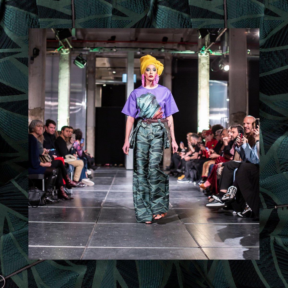 d8cd75ef93045 Pantalón Jacquard verde de talle a la cintura con pliegues y cremallera  metálica. A la venta en http   www.eduardonavarrete.com