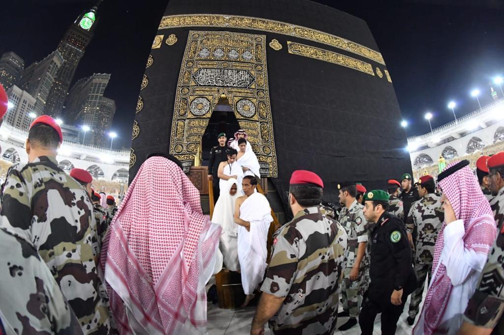Azan subuh berkumandang di Masjidil Haram ketika saya menuruni tangga keluar dari pintu Kakbah, bersama istri dan anak-anak. Di dalam tadi, saya menunaikan salat sunnah dua rakaat, masing-masing ke empat penjuru.  Saya akan mengingat kesempatan ini sepanjang hidup.
