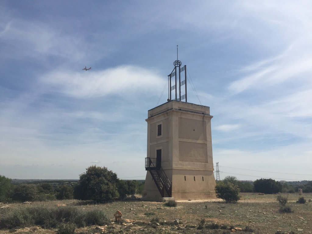 Se trata del *telégrafo óptico* de Arganda del Rey, una de las 30 torres que se construyeron entre Madrid y Valencia para enviar comunicaciones mediante señales visuales. Fue anterior a que se extendiera el telégrafo por cable y un sistema para intentar comunicar con rapidez https://t.co/7Yayk0aPH5
