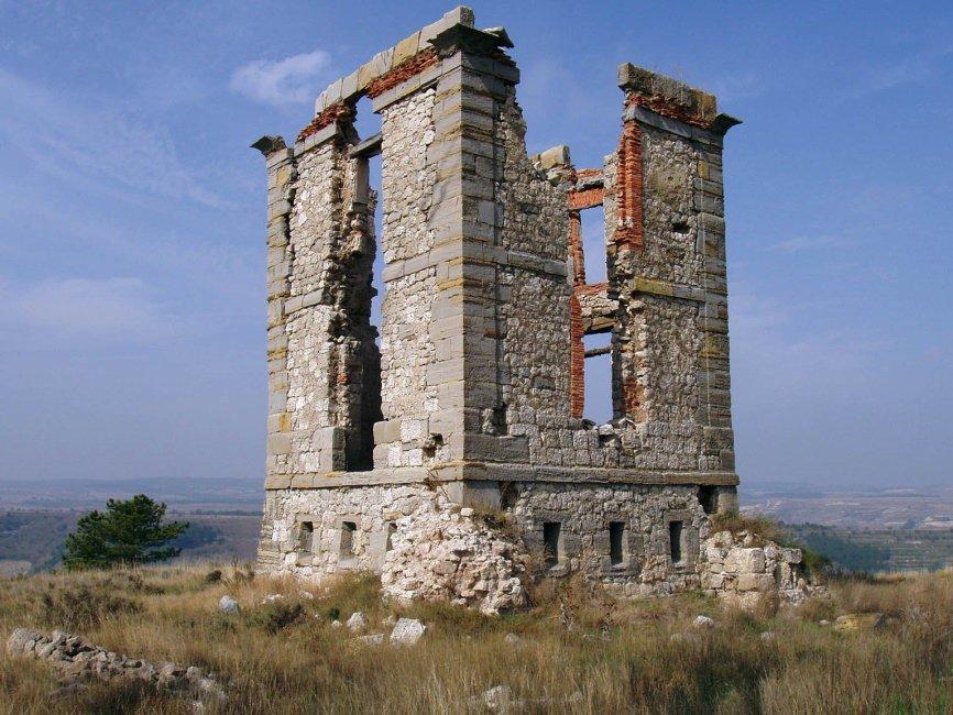 Muchas de aquellas estructuras se abandonaron y algunas están en ruinas o desaparecidas. Otras, como la de Arganda, se han restaurado. pero hay decenas por toda la península. https://t.co/olmQMYej9M