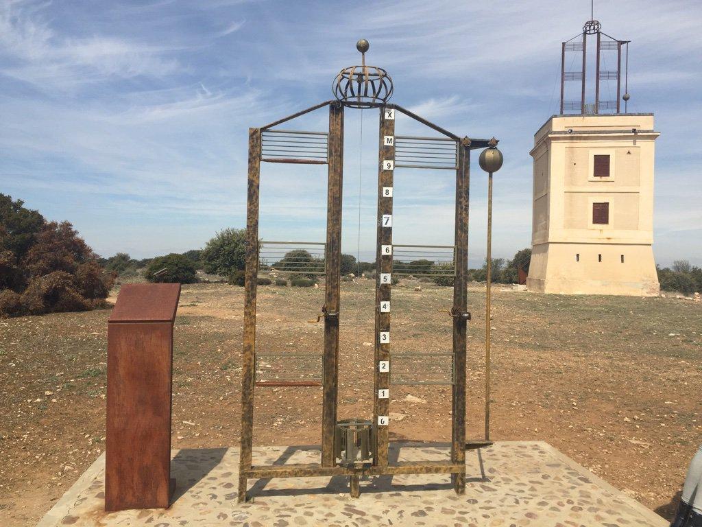 En Arganda han colocado dos réplicas del señalizador a nivel del suelo a cierta distancia. Y proponen un juego que consiste en intentar comunicar un mensaje de una a otra moviendo las poleas. https://t.co/qWkWCmDlr2