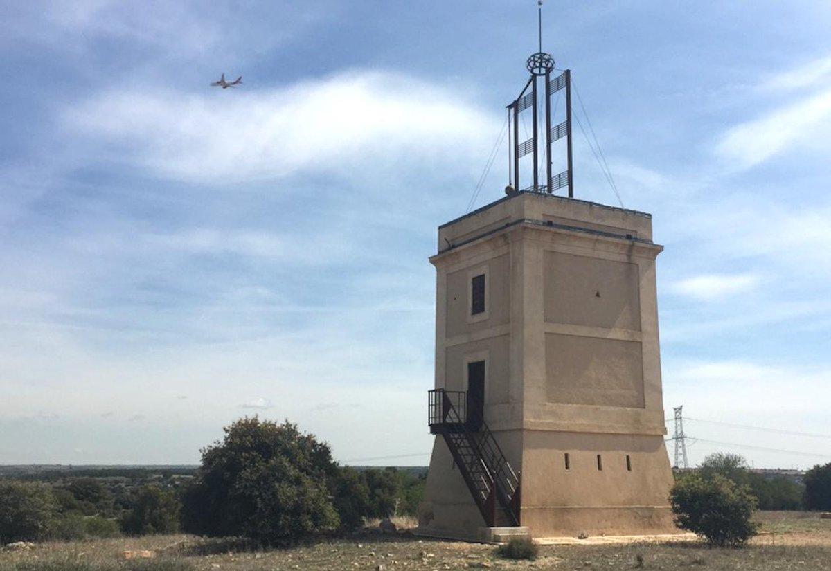 Resulta especialmente curioso ver pasar los aviones por encima de la torre, que está en plena ruta a Barajas. Es como ver el choque de dos mundos https://t.co/tzz36NHuEw