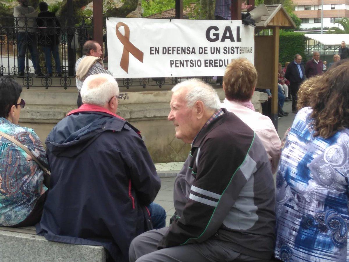 Galdakao(Bizkaia) en su concentración de los lunes y como hace más de un año luchando por unas pensiones dignas para hoy y para el futuro. NI UN PASO ATRÁS !!!