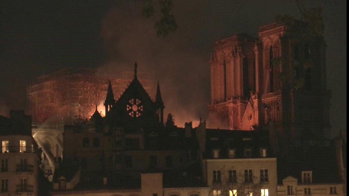 DIRECTO http://bit.ly/2PcPl49 Así está Notre Dame ahora mientras los bomberos siguen controlando el incendio