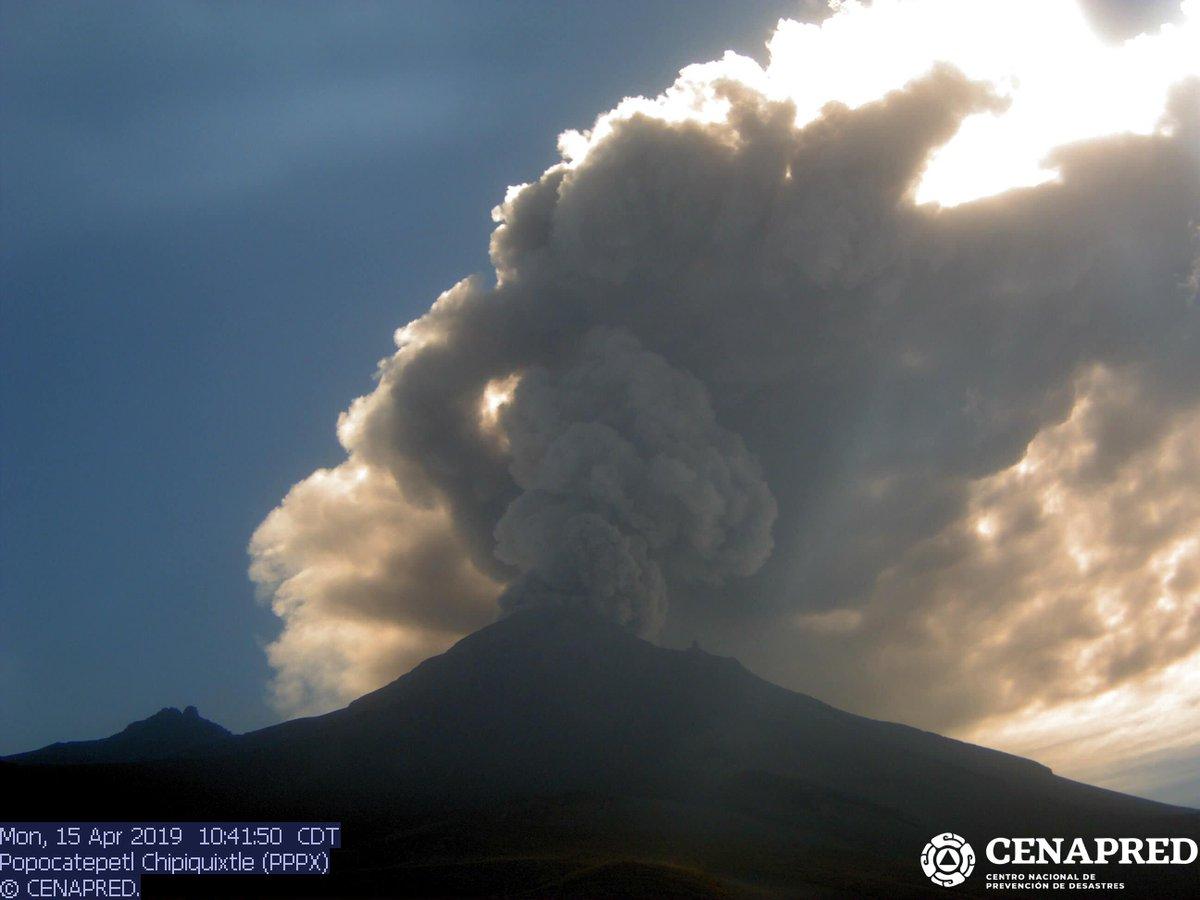 Abundante emisión de ceniza del #Popocatépetl. Imagen desde una de las nuevas cámaras de Cenapred (Estación Chipiquixtle).