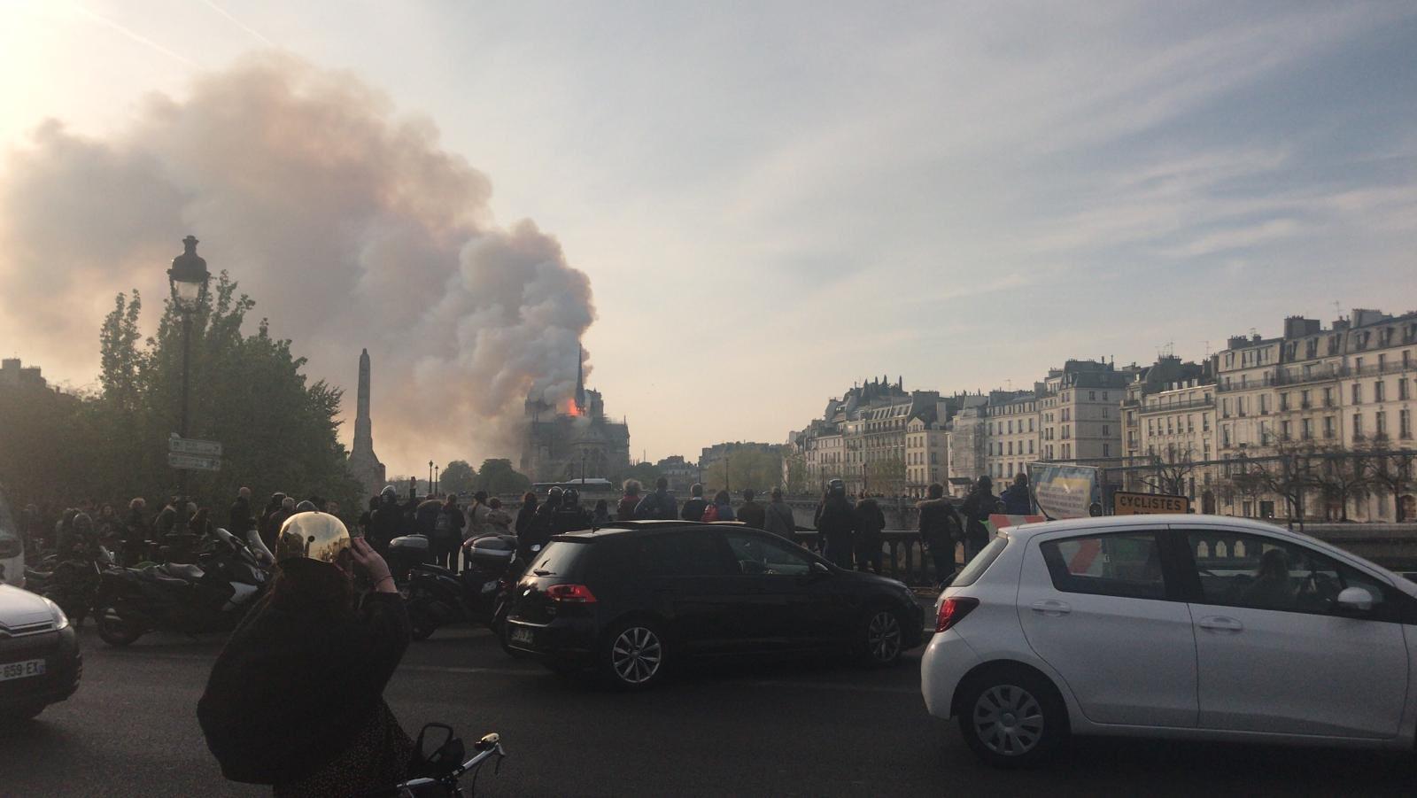 Масштабный пожар охватил знаменитый Собор Парижской Богоматери в Париже