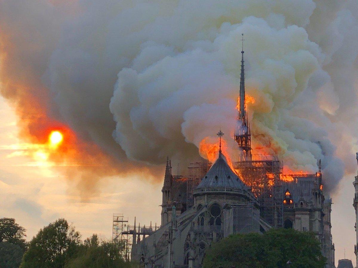 パリのノートルダム大聖堂の火災で大量の煙が上がっている現場画像
