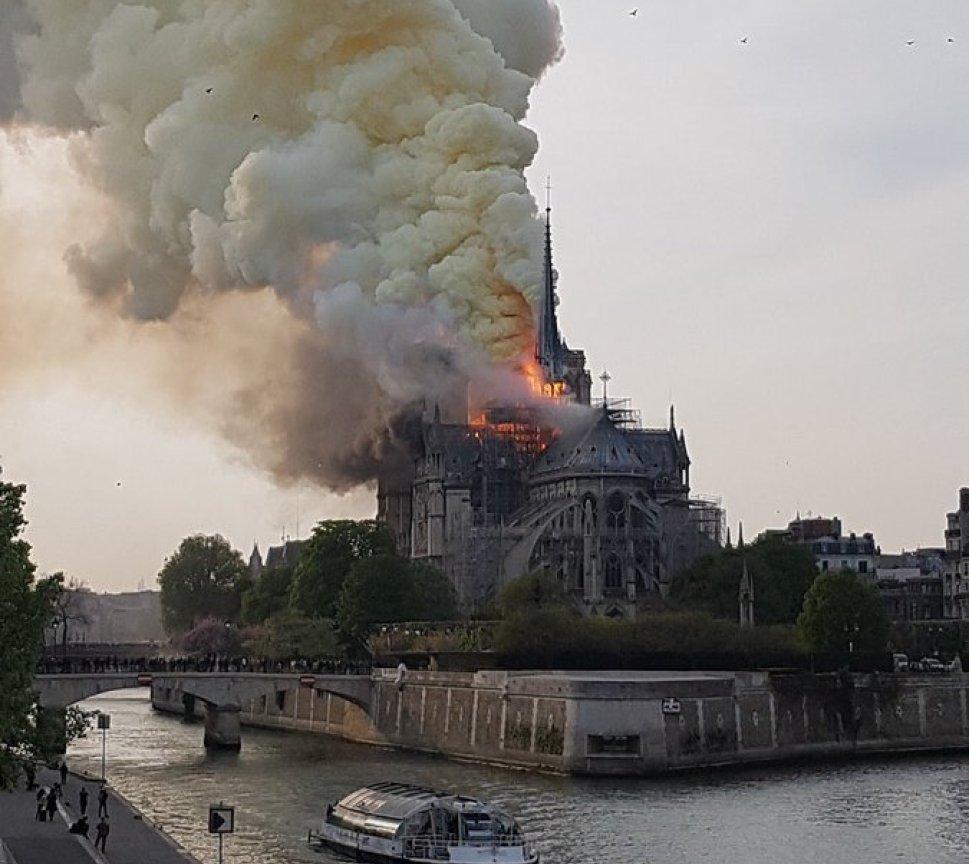 ノートルダム大聖堂の修復工事で火事が起きた現場画像