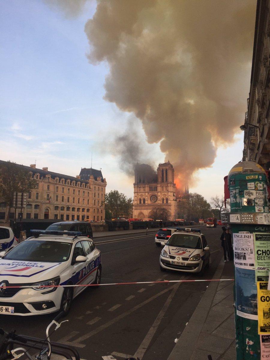Conmoción en París, un incendio devora Notre Dame ante la mirada incrédula de parisinos y turistas. Las brasas llegan más allá del perímetro de seguridad