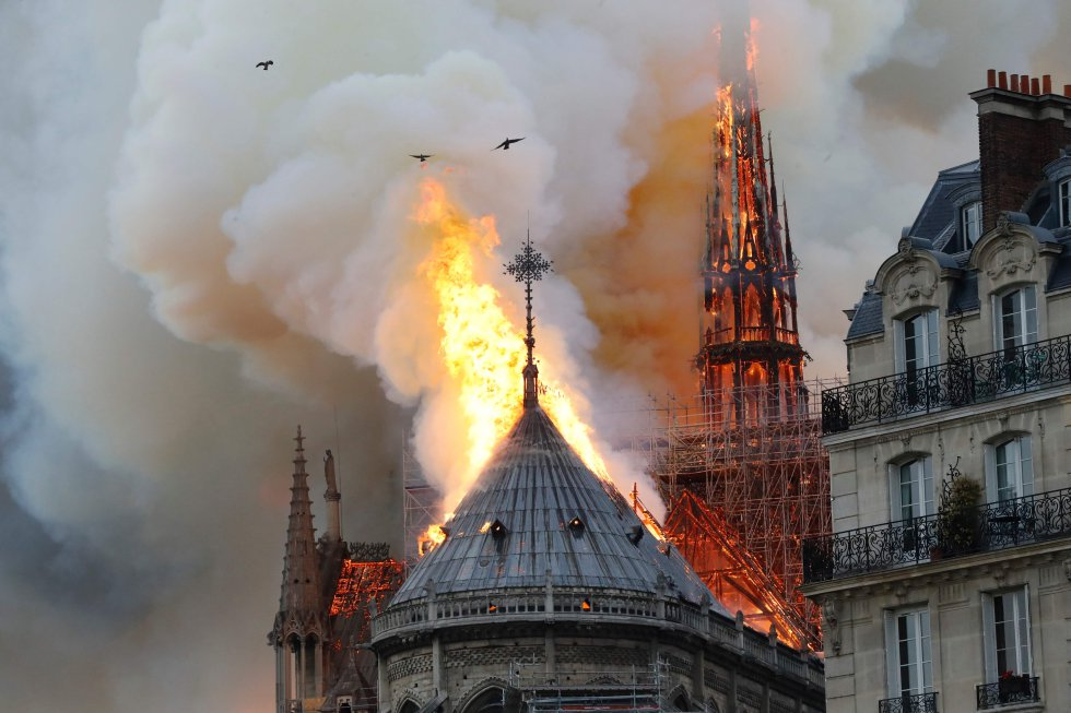 Hoy, #DiaMundialDelArte, Notre Dame arde, algo horrible. <br>http://pic.twitter.com/0GTno5VUke