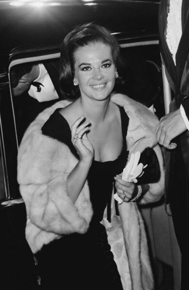 Natalie at the premiere of The Unsinkable Molly Brown (1964). <br>http://pic.twitter.com/DkDM15sKnO