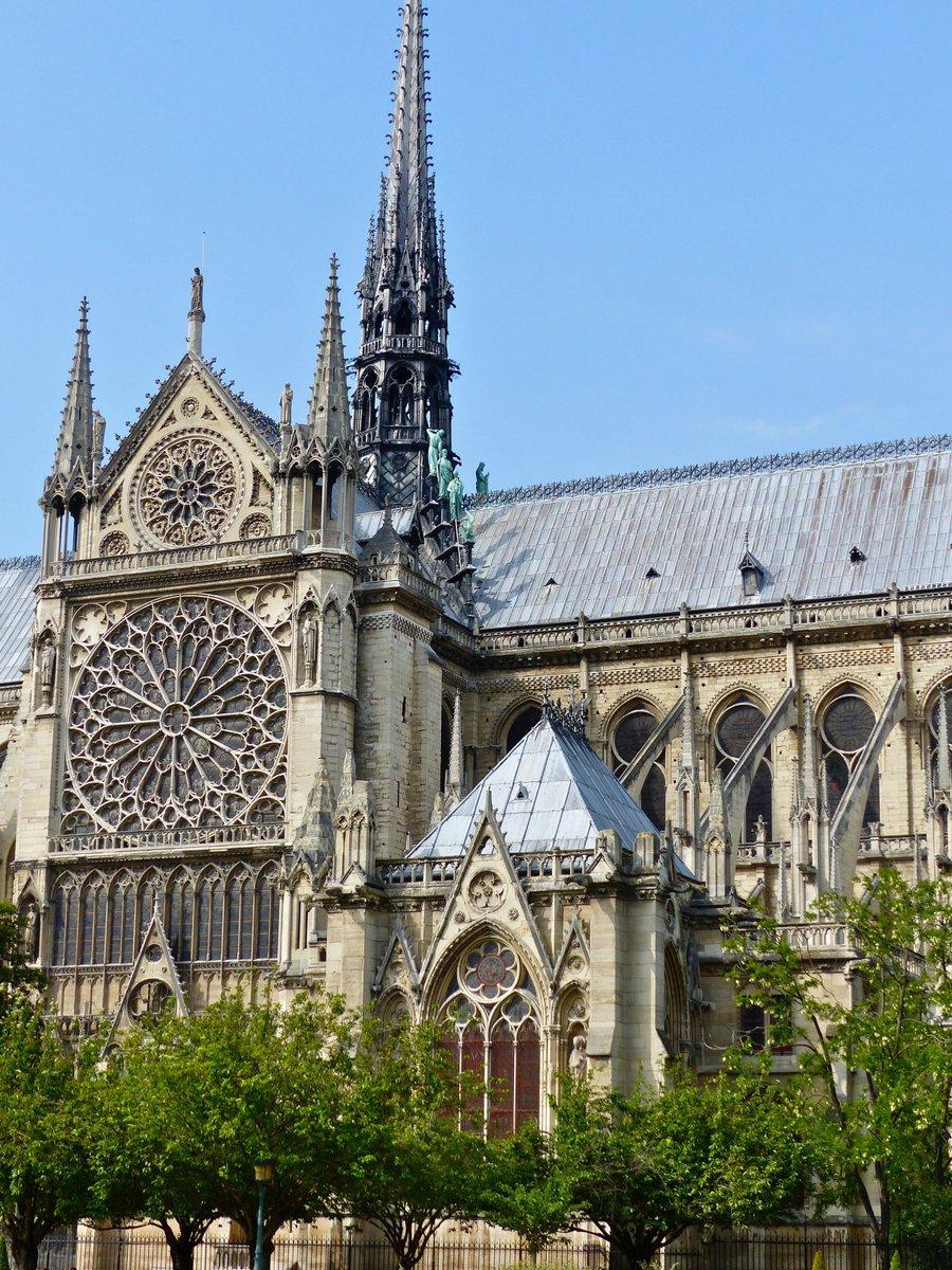 Een van de mooiste gebouwen ter wereld in brand: #notredame Parijs. Wat een vreselijke avond. Zo zullen we deze kerk nooit meer zien!