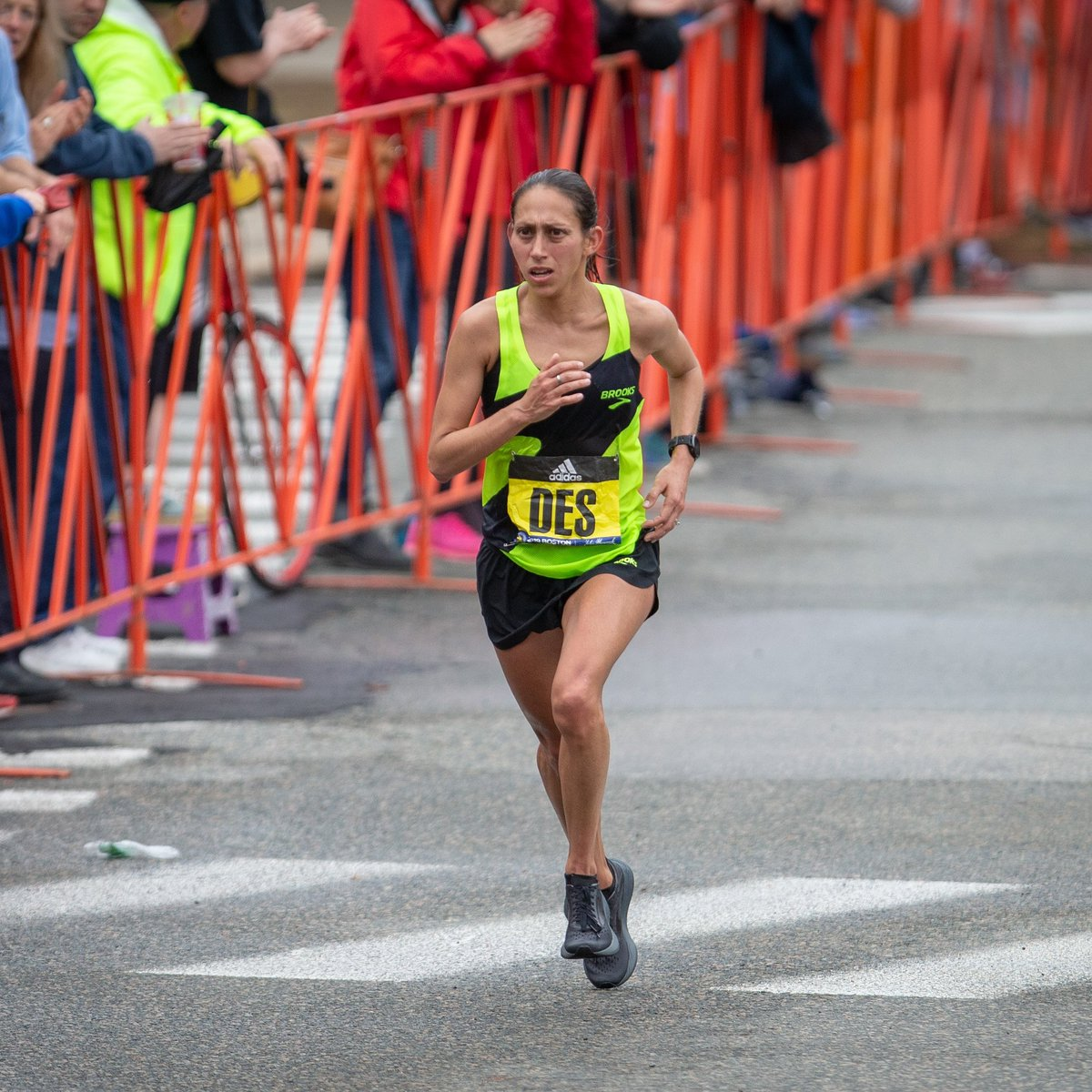.@des_linden showed up ready to take on #Boston2019 today. Congrats on 5th place, and 2nd American, Des! #RunHappyBOS #KeepShowingUp ( @newtonphoto)<br>http://pic.twitter.com/kG8v1HWrWz