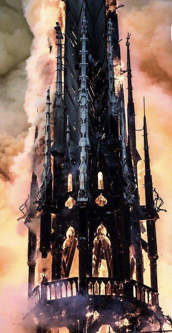 В Париже горит собор Нотр-Дам-де-Пари: обрушились шпиль и крыша