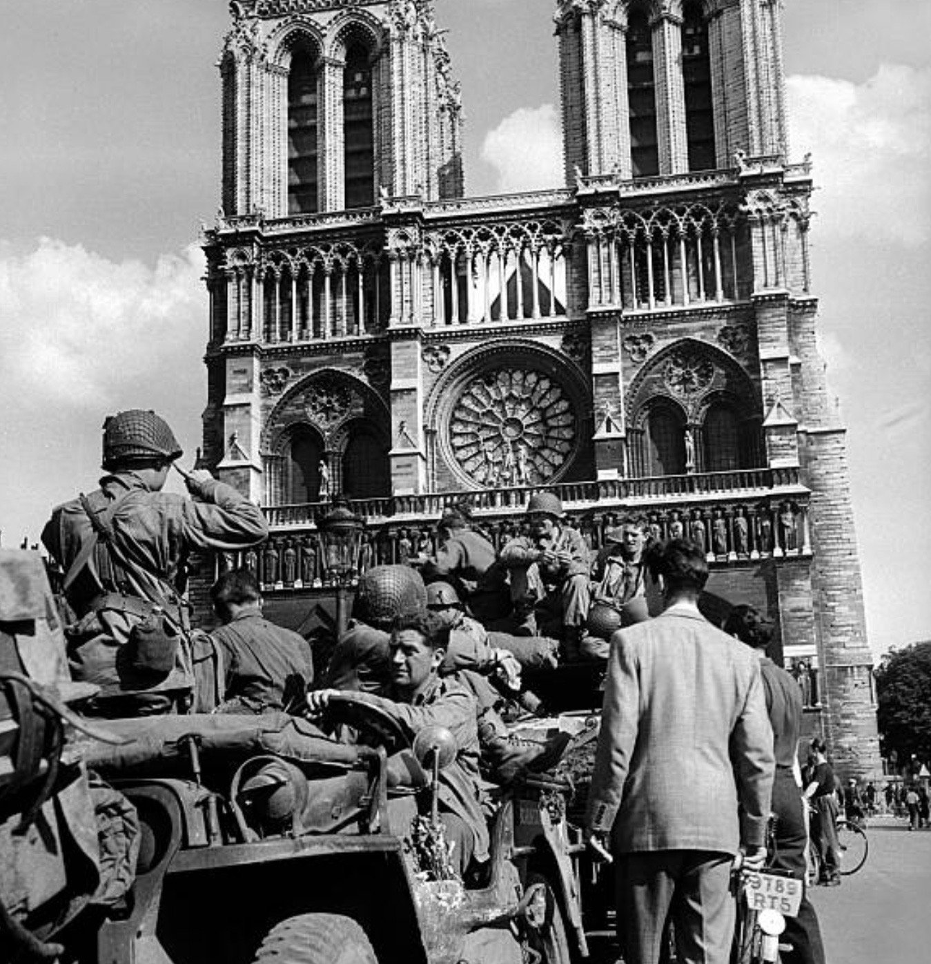 American soldiers at Notre Dame, August 1944, during liberation of Paris, World War II:      #Getty https://t.co/KLiVX60nTx