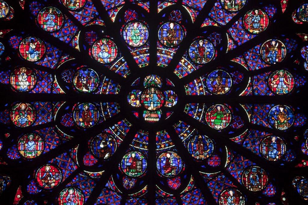Puedo entender que no creas en Dios. O que la religión te parezca un engaño. Pero joder, que solo el rosetón de Notre Dame ya es una obra de arte. ¿Cómo puede haber borregos celebrando que se queme?