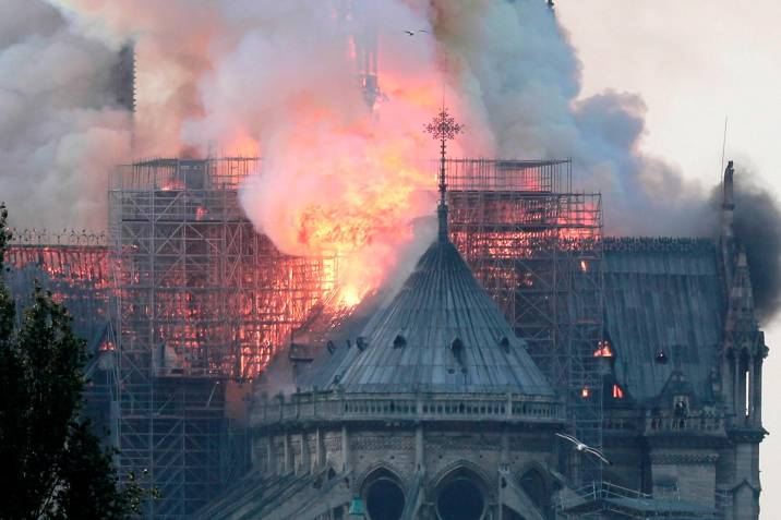 Hoy en #NotreDame de #Paris arden 800 años de historia. Suteak ondarearen gaineko zaintza eta arreta bizirik mantentzera deitzen gaitu.